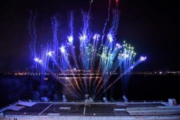 客船の出港時に花火を打ち上げたミニフロート=4月28日、横浜港大さん橋国際客船ターミナル