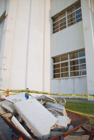 校舎2階の窓上部から崩落したモルタルの外壁(木津川市木津町・木津小)