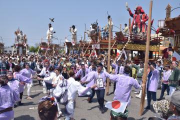 並んだ山車の前で踊る市民ら=潮来市潮来