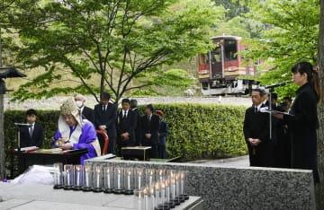 信楽高原鉄道事故の現場近くで営まれた追悼法要=14日午前、滋賀県甲賀市