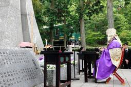 慰霊碑前で営まれた追悼法要=14日午前、滋賀県甲賀市信楽町黄瀬