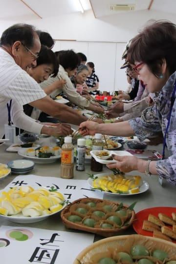郷土料理を楽しむクルーズ客=長崎県平戸市、生月船員福祉会館