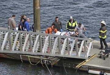 13日、米アラスカ州ケチカンで、搬送される水上飛行機の搭乗者(Dustin Safranek/ケチカンデーリーニュース提供・AP=共同)
