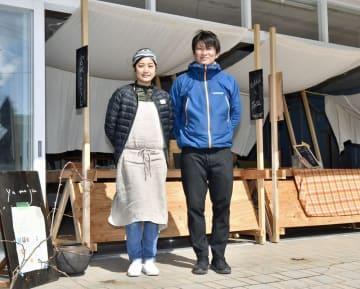 休屋地区の元土産物店を改装し、6月にゲストハウス付きワーキングスペースを開設する小林徹平さん(右)・恵里さん夫妻
