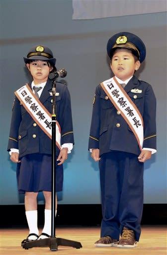 一日警察署長として交通安全宣言をする中竹瑠衣さん(左)と迫大嘉君=あさぎり町