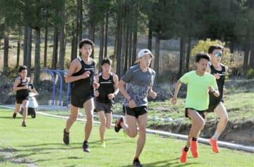 「水上スカイヴィレッジ」でトレーニングをする東海大陸上部の選手たち=水上村
