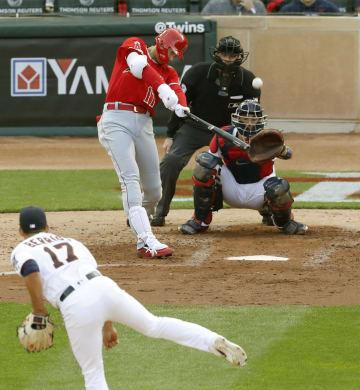 ツインズ戦の3回、復帰後初本塁打となる逆転2ランを放つエンゼルス・大谷。投手ベリオス=ミネアポリス(共同)