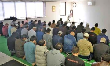 メッカの方角に向かい、祈りを捧げるムスリムたち(八幡市八幡・イスラミックリサーチセンタージャパン)