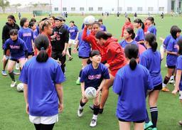 ニュージーランドの女子高校生チームと交流する「ガールズ兵庫」の選手=神戸市東灘区、神鋼灘浜グラウンド
