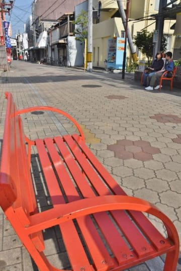 奉還町商店街で増えているオレンジ色のベンチ