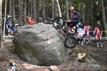 卓越した技術で、起伏が激しい矢岳高原のコースを駆け抜けた「全日本トライアル選手権」