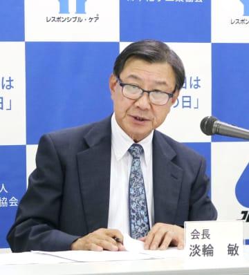 記者会見をする日本化学工業協会の淡輪敏会長=14日午後、東京都中央区