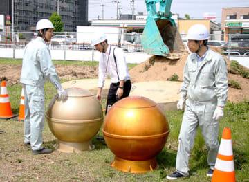 金銀2色のタイムカプセルが約30年ぶりに地上に引き上げられた=米沢市役所
