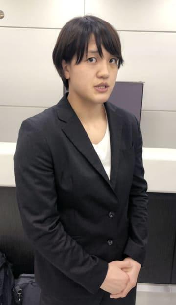 成田空港で取材に応じる女子70キロ級の新井千鶴=14日