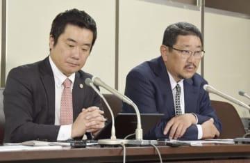 判決後に記者会見する原告の金竜介弁護士(右)=14日午後、東京・霞が関の司法記者クラブ