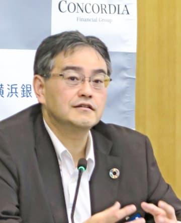 2019年3月期決算について説明する横浜銀行の大矢頭取=横浜市西区
