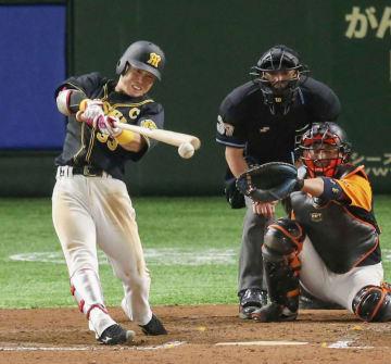 7回阪神2死満塁、糸原が中前に勝ち越しの2点打を放つ。捕手小林=東京ドーム