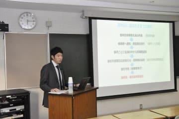 松山地裁の馬場義博裁判官が裁判員制度の運用状況などを説明した出前講義=14日、松山市文京町