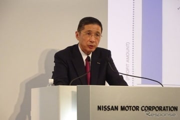 記者会見する西川博人社長