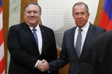 14日、ロシア南部ソチで会談前に握手するポンペオ米国務長官(左)とラブロフ・ロシア外相(AP=共同)