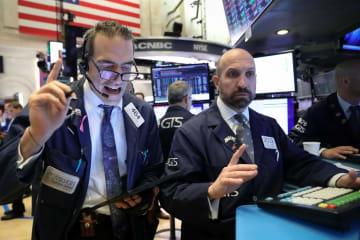 ニューヨーク証券取引所のトレーダーたち=14日(ロイター=共同)