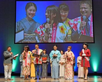 着物姿で地域の魅力を紹介する東部地域代表。ぐんま大使の中山さん(左から3人目)と井森さん(同2人目)が特別プレゼンターとして壇上に上がった