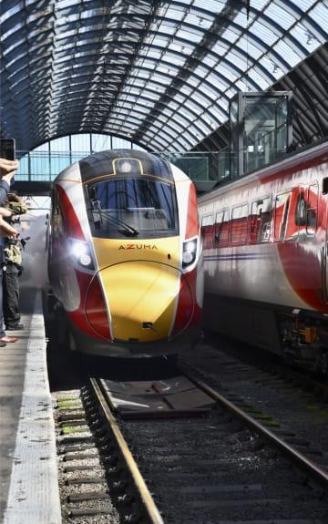 14日、ロンドンのキングスクロス駅のホームに入る日立製作所製の新型車両「AZUMA(あずま)」(共同)