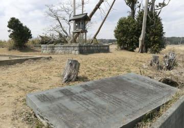 津波で社殿が流され、仮社殿が建てられた八幡神社。石碑が倒れたままになっている=4月、福島県双葉町中野地区