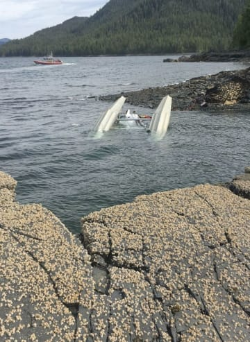 衝突事故で海に落ちた小型水上飛行機=13日、米アラスカ州(米沿岸警備隊提供・共同)