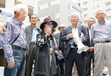 判決を受けて喜ぶ岩永代表(中央)と支援者ら=長崎市万才町、長崎地裁前