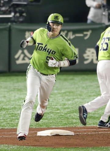 巨人戦の4回、先制ソロを放ち、一塁を回るヤクルト・村上=東京ドーム
