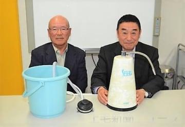 浄水器をPRする斎藤会長(右)と販売を管理する霜田政雄さん