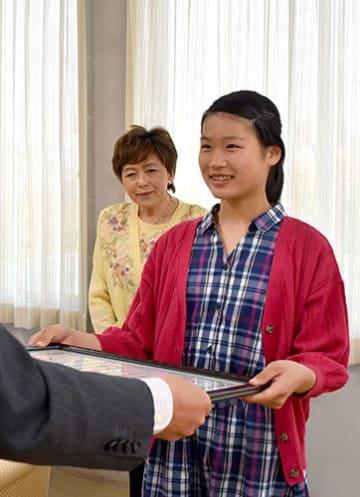 表彰状を受け取る小山田一美さん(右)。左隣は武田芳子師範=天童市・天童商工会議所