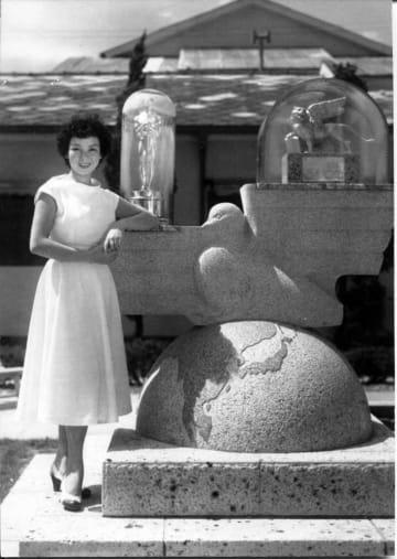 かつて太秦にあった大映京都撮影所内には「羅生門」のベネチア映画祭受賞を記念した「グランプリ広場」があり、京マチ子さんも訪れた=1950年代、京都文化博物館提供