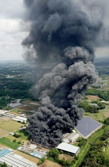 黒煙を上げる火災現場=15日午前9時17分、茨城県常総市(共同通信社ヘリから)