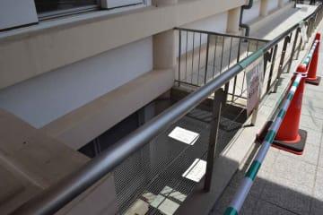 男児が転落した京都市美術館別館の通風口。事故後、同館が注意喚起の貼り紙やポールを設置した(15日午前11時、京都市左京区岡崎最勝寺町)