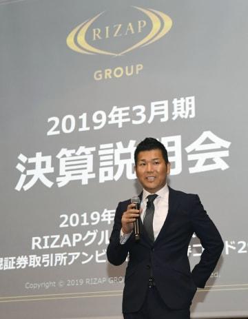 2019年3月期連結決算について記者会見するRIZAPの瀬戸健社長=15日午後、東京都港区