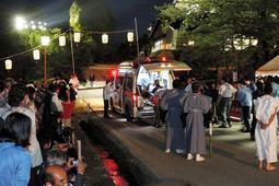 姫路市長の救命措置を受け、救急搬送される演者=10日夜、姫路市本町