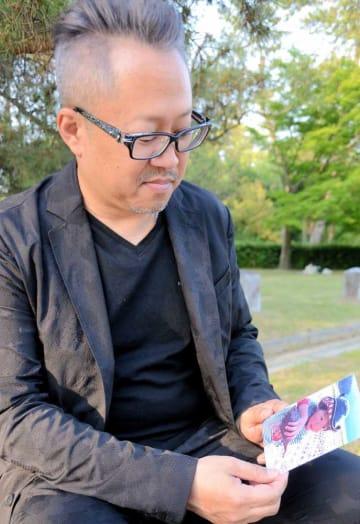 プール事故で亡くなった天翔ちゃんの写真を見つめ「事故を風化させず、命を守る保育が広がってほしい」と語る榛葉英樹さん(京都市上京区)