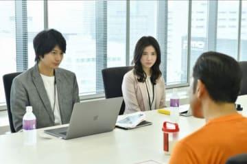 連続ドラマ「わたし、定時で帰ります。」に出演する俳優の向井理さん(左)と女優の吉高由里子さん(C)TBS