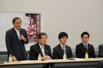 訪米結果を報告した菅義偉官房長官(左)と横田拓也さん(右)=15日、国会