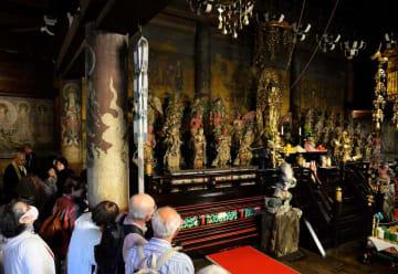 落慶法要後、約370年前の輝きがよみがえった観音堂内を見学する参拝者たち(15日午後3時49分、京都市右京区・仁和寺)