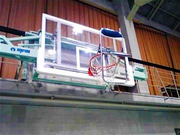 バスケットゴールに引っかけられたパイプいす(高島市今津町今津・高島高)=滋賀県警提供