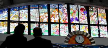 ステンドグラスに描かれ、色鮮やかに輝く日向神話の神々=15日午前、宮崎市・宮崎ブーゲンビリア空港