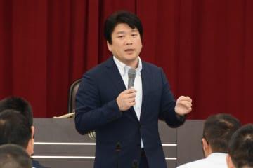 防衛研究所で講演する山本氏=15日午後、東京・市谷