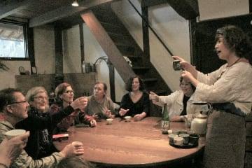 宿泊したフランス人に日本酒について話す上西昭子さん(右)=耶馬渓町福土の「福来朗」