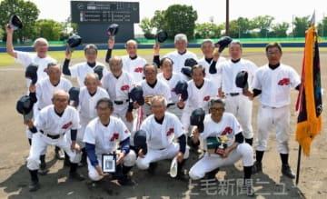 今月亡くなったチームメートの内田勝雄元主将に優勝の喜びを伝える太田70オールド