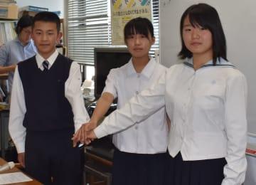 第22代高校生平和大使に選ばれた(左から)内山さん、田平さん、橋田さん=長崎市役所