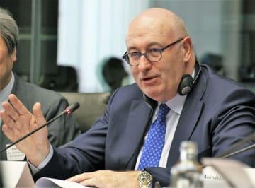 15日、ベルギー・ブリュッセルで開かれた「日・EUビジネス・ラウンドテーブル」で発言するEUのホーガン欧州委員(共同)