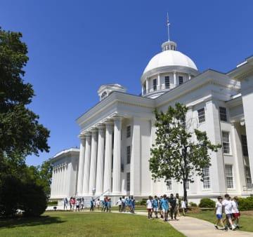 米南部アラバマ州の州議会議事堂を見学する子どもたち=15日、モントゴメリー(ゲッティ=共同)